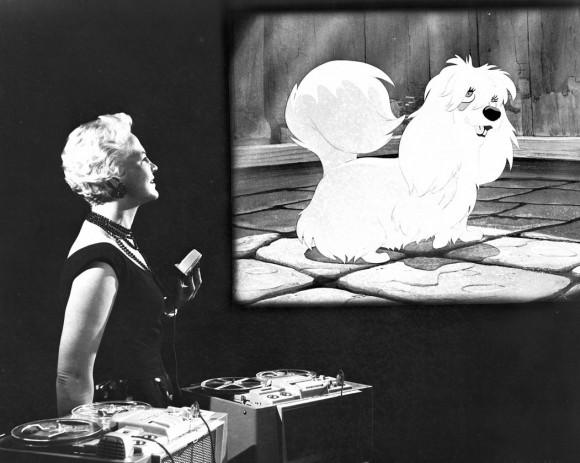 Peggy Lee en una sesión de doblaje de %22La Dama y el Vgabundo%22